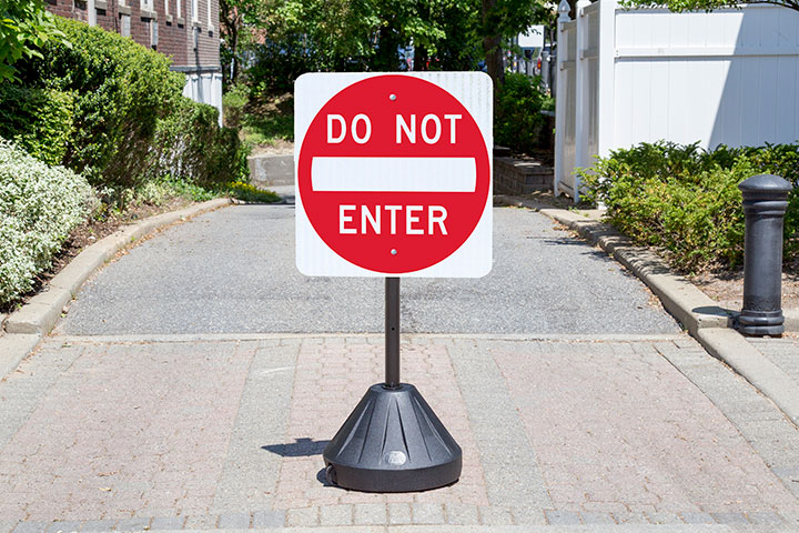 Y3553 the next generation in portable sign holders, for use in parking lots and private entrances